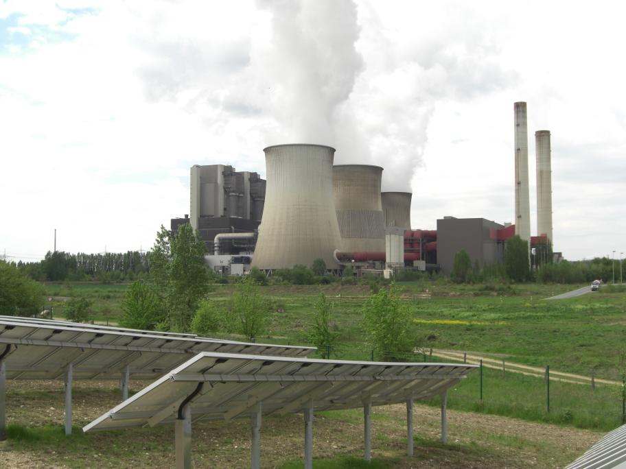 Kohlekraftwerk mit Solaranlage im Vordergrund